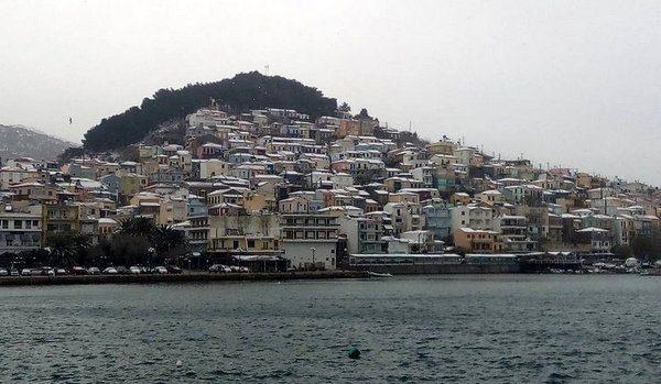 Μετά τα χωριά στα λευκά και το Πλωμάρι, το χιόνι έφτασε στη θάλασσα